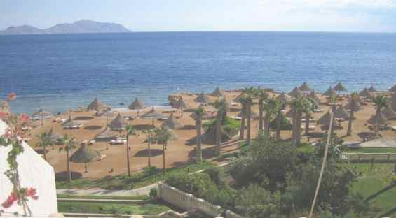 Пляж курорта Шарм-эш-Шейх.  На горизонте — остров Тиран