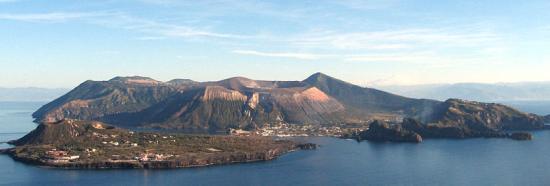 Живописный вид итальянского острова Вулькано