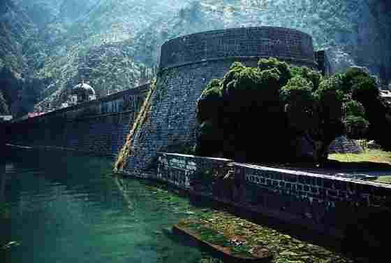 Городские крепостные стены старого города Котор