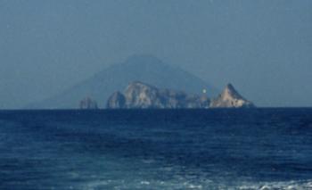 Вид с моря на необитаемый остров Басилуццо