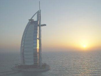 Вид на отель Бурж-аль-Араб при закате