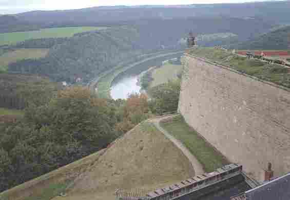 Выступающая к обрыву стена крепости Кёнигштайн