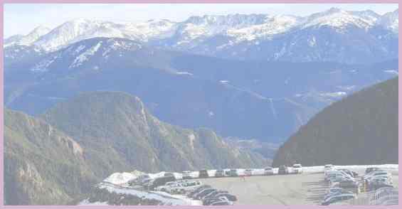 Страна Андорра. Стоянка автомобилей вблизи лыжного курорта